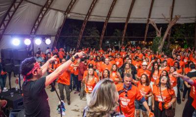 funcionários da Net Imóveis vestem a camisa da empresa com orgulho