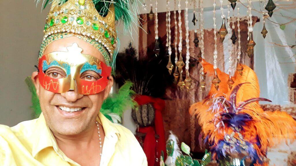 Munir Mansur com máscara de Carnaval