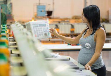 Mulher grávida trabalhando - Força Feminina