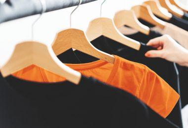 Arara com camisetas de malha - imagem ilustrativo para texto sobre malha para uniforme