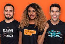três pessoas com camisetas divertidas de empresas - dti, Inter e Rock Content
